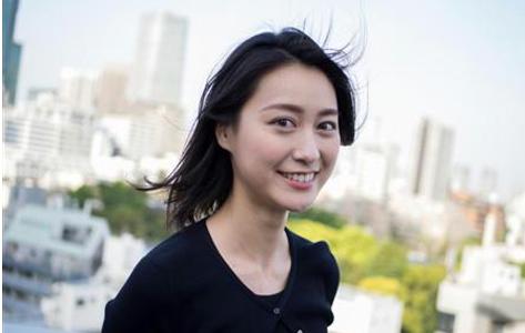 黒い服を着た風に髪がなびいている小川彩佳のセクシーな画像