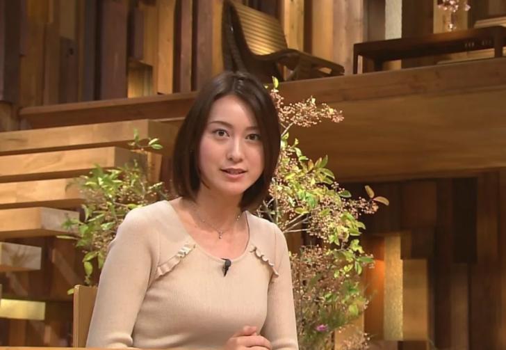ベージュの少しタイトな衣装を着ている小川彩佳のセクシーな画像