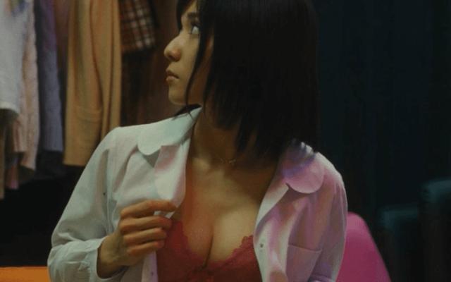 松岡茉優の腹筋がバキバキで話題!